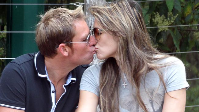 Elizabeth Hurley kissing Shane Warne